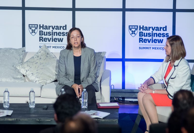 /__export/1539176605011/sites/eleconomista2018/10/10/blanca_gxmez_e_yvette_mucharrez_durante_el_harvard_business_review_summit_mxxico_2018__foto_cortesxa.jpg